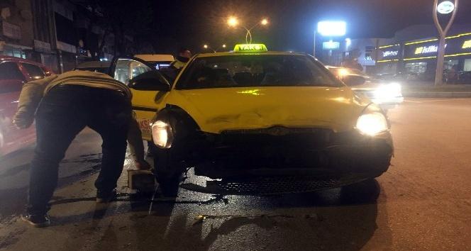 Sakaryada ticari taksi ile ticari araç çarpıştı: 1 yaralı