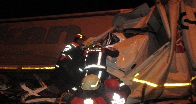 TEM otoyolunda iki kamyon ile tır birbirine girdi: 1 ölü, 2 yaralı