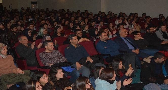 Demircide Eğitim Fakültesi öğrencilerinden tiyatro gösterisi