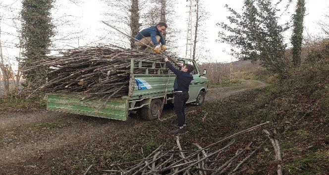 Orduda kamyonetten odun yükünü boşaltmaya gülümseten çözüm