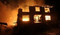 Boluda iki katlı ev, ahır, samanlık, garaj ve kamyonet yandı