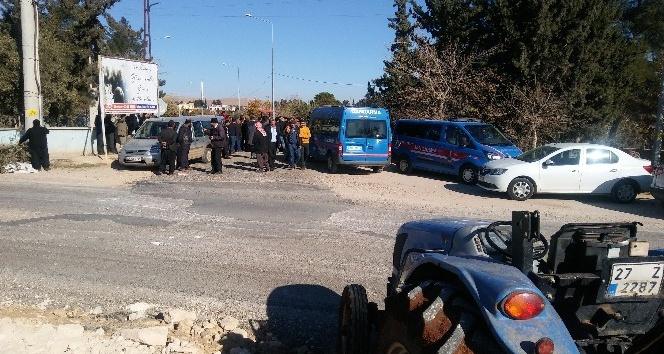 Yapımı süren karayoluna geçit isteyen mahalleli traktörlerle yolu kapattı