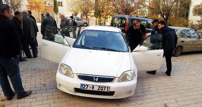 Kaçtıkları çalıntı aracın lastiği patlayınca polise yakalandılar