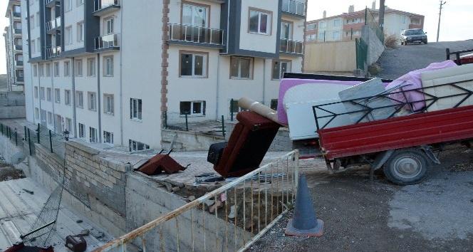 Eşya yüklü kamyonet duvara çarptı, öğrenci çatıya uçtu