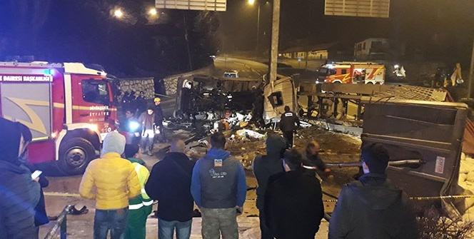 Ankara'da freni boşalan alçı yüklü tır devrildi: 1 ölü