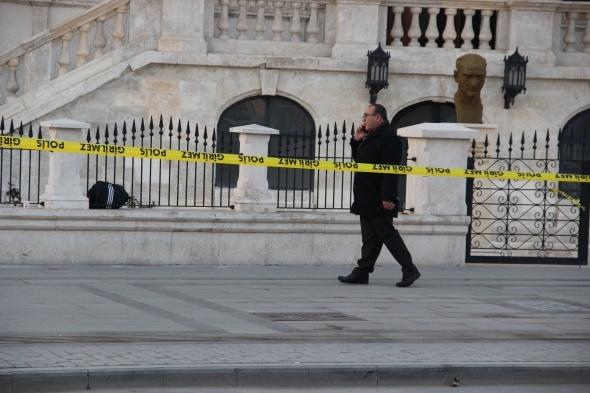 Öğrencinin müze bahçesinde unuttuğu çanta bomba paniğine neden oldu