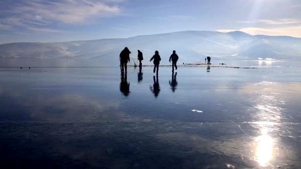 Yüzeyi buzla kaplanan Çıldır Gölü muhteşem manzara oluşturdu