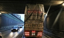 Alt geçitte sıkışan kamyon trafiği felç etti