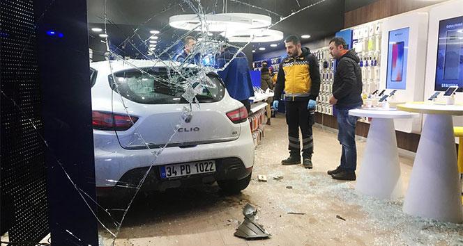 Maltepede otomobil iş yerine daldı: 2 yaralı