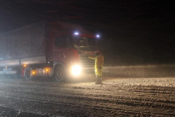 Antalya-Denizli yolu kar ve tipi nedeniyle tek yönlü trafiğe kapatıldı