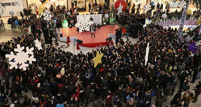 Ünlü şarkıcı Derya Uluğ Diyarbakır'ı salladı