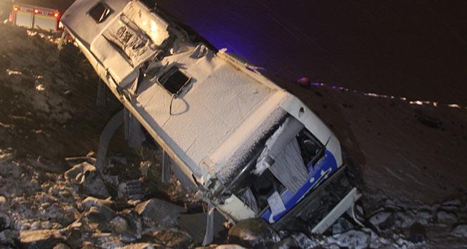 Karlı yolda kayan otobüs şarampole devrildi: 32 yaralı