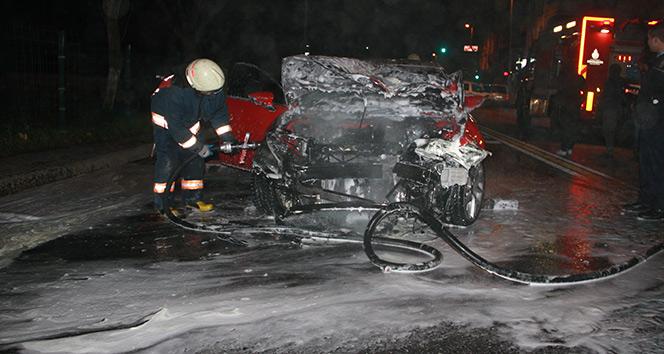 Bayrampaşada kaza yapan araç alev aldı: 1i ağır 2 yaralı
