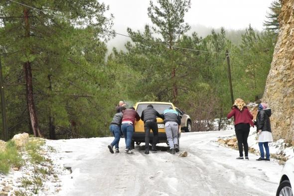 Alanya'da araçların kar esareti