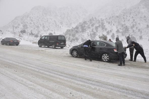 Seydişehir- Antalya karayolunda trafiğe kar engeli