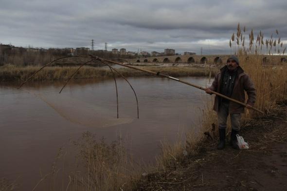 Sivas'ta soğuk havada 'basma tor' ile balık avı
