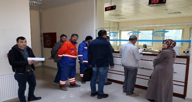 Yozgat'ta taşeron işçiler hizmet dökümü için SGK'ya akın ettiler