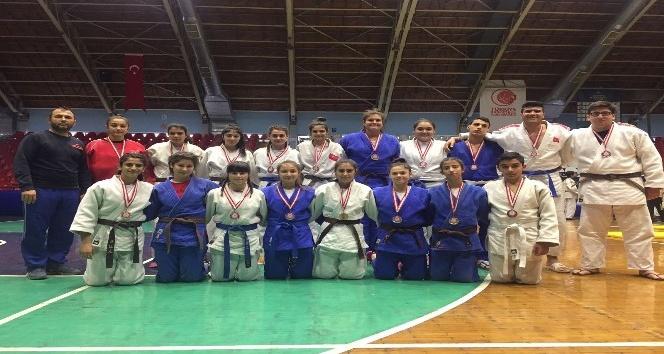 Salihlili judoculardan madalya yağmuru