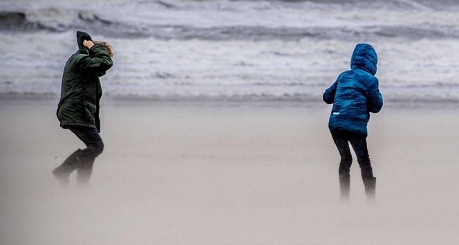 Amsterdamda şiddetli fırtına hayatı felç etti