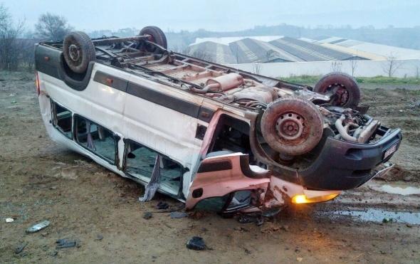 Madencileri taşıyan minibüs şarampole yuvarlandı: 23 yaralı