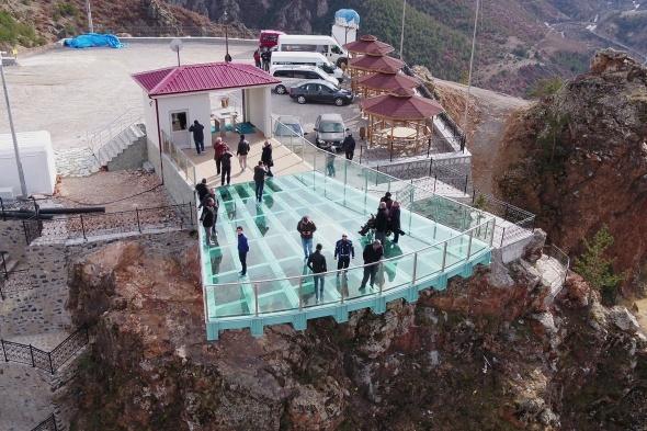 Torul Kalesi cam seyir terası büyülüyor