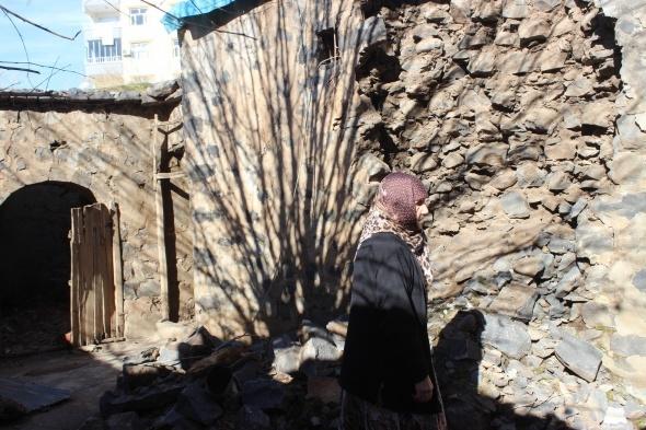 Yaşlı kadın harabe evde yaşam mücadelesi veriyor