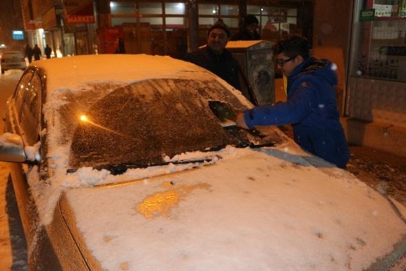 Ağrı'da lapa lapa kar yağdı