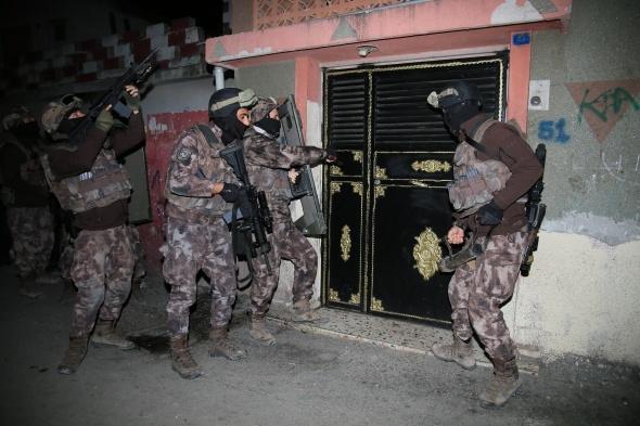Bu nasıl ev! Polis bile şaştı kaldı... Dolap sandılar, içinden kadın çıktı!