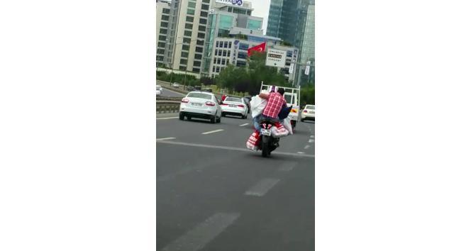 (Özel Haber) Motosikletle aşırı yük taşıyan sürücü bu kadarına pes dedirtti