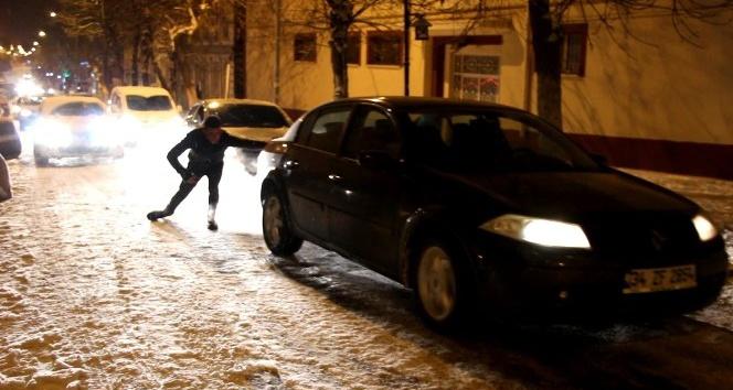 Kars'ta yollar buz pistine döndü