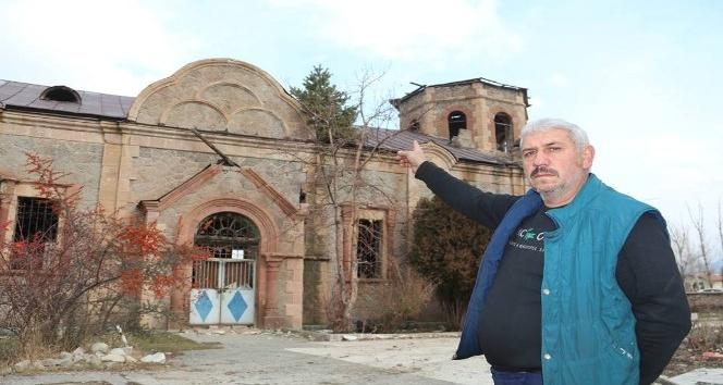 Rus Ortodoks Kilisesi'nin çatısında çam ağacı çıktı