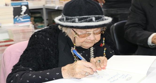 103 yaşındaki Muazzez İlmiye Çığ'a kitap fuarında yoğun ilgi