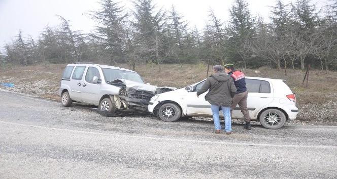 Kamyonet ile otomobil çarpıştı; 2 yaralı