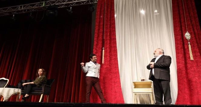"""""""Vay Sen Misin Ben Olan"""" isimli tiyatro oyunu Afyonkarahisar'da sahne aldı"""