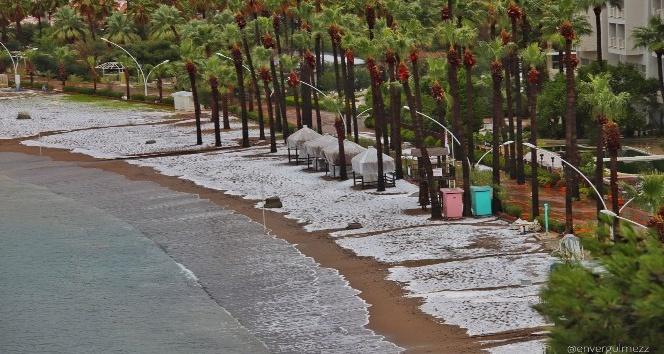 Dolu Marmaris sahili beyaza bürüdü