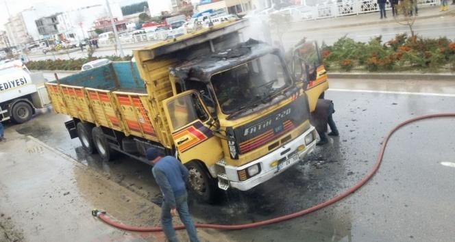Seyir halindeki kamyon alev aldı!