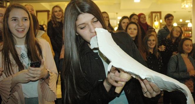 Maraş dondurması yemek için Bosna Hersek'ten geldiler