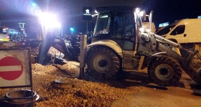 Bursa'da su borusu patladı, trafikte sürücüler zor anlar yaşadı
