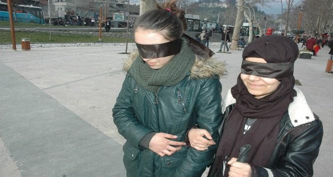 Gözlerini bağlayıp sokakta yürüdüler
