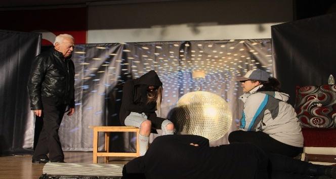 Kumluca'da öğrenci ve yetişkinler için tiyatro oyunu