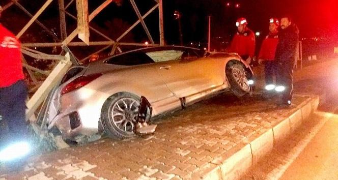 Kontrolden çıkan otomobil direğe çarptı: 1 yaralı