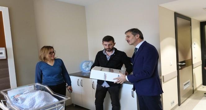 Bebeklerin ilk hediyesi Başkan Alemdar'dan