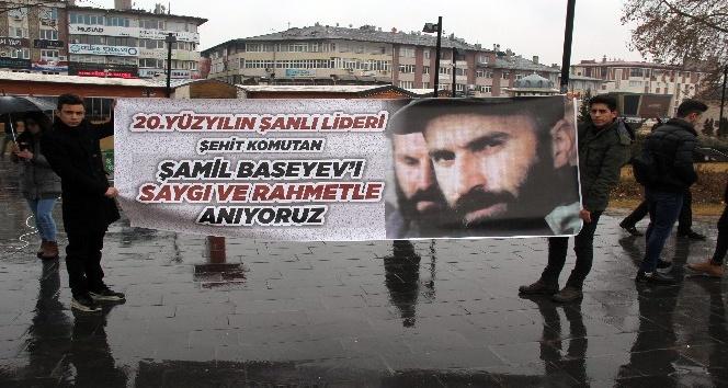 Basayev'i yağmur altında anıldı