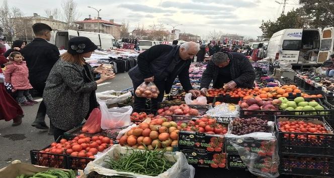 Vali Zorluoğlu ve eşi pazar alışverişinde