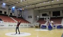 Temizlik görevlisinin basketbol yeteneği şaşırtıyor