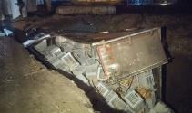 Ekmek yüklü kamyonet inşaat çukuruna düştü