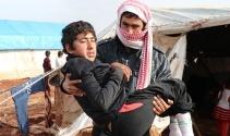 Oğlunu 13 kilometre kucağında taşıyarak bombalardan kaçtı