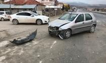 Denizlide kontrolsüz kavşakta tır ile otomobil çarpıştı: 2 yaralı