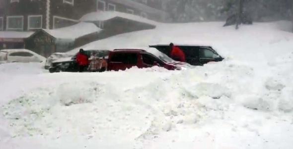 Uludağ'da kar fırtınası |Yüzlerce tatilcinin aracı kar altında kaldı