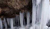 Buzla kaplanan şelale büyülüyor